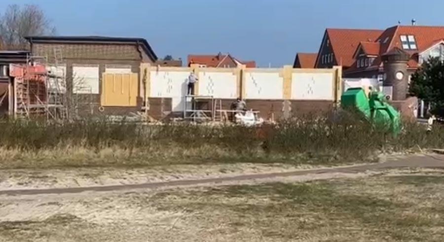 Ende März 201: Bauarbeiten am historischen Juister Bahnhof.