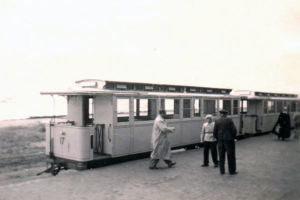 Zug am Bahnhof Juist (1953)