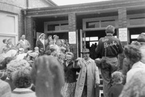 Juist 1958: ankommende Gäste am Bahnhof