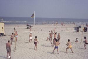 Juist 1973: Volleyball am Strand